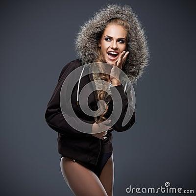 Piękna kobieta w futerko żyłującym kapiszonie