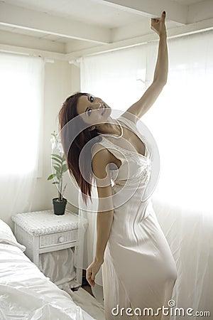 Piękna kobieta w jej sypialni