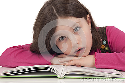 Piękna mała dziewczynka czyta książkę