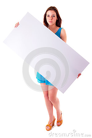 Pięknego brunetki mienia pusta biała deska