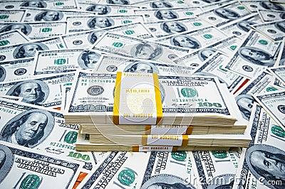 Pila de dólares en el dinero b
