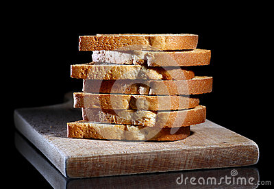Pila di pani tostati