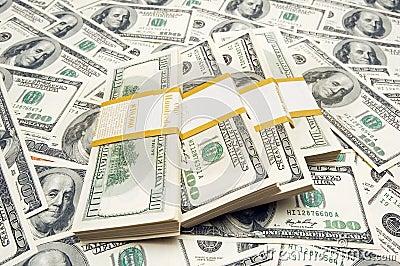 Pilas del dólar de los diez milésimos en fondo del dinero