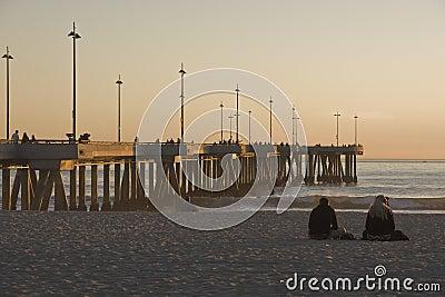 Pilastro alla spiaggia California di Venezia al tramonto