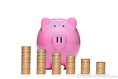 Pile de pièces de monnaie devant la tirelire rose