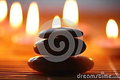 Pile de pierre et de bougies