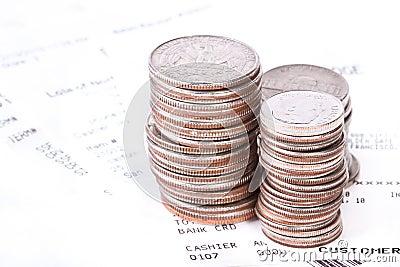 Pile des pièces de monnaie et des contrôles