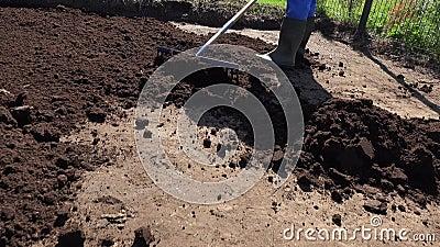 Piles de sol compost et d'homme au niveau du râteau pour semer la pelouse Portable banque de vidéos