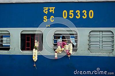 Pilger auf Zug, Indien Redaktionelles Bild