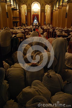 Free Pilgrims Bowing During Mass Service Stock Images - 127185424