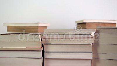 Pilha crescente de livros vídeos de arquivo