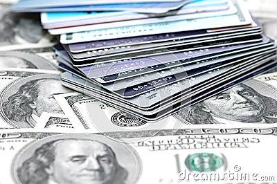 Pilha de cartões e de boneca de crédito