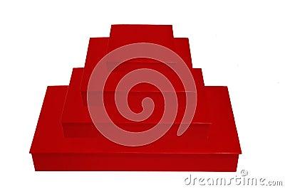 Pilha de quatro caixas vermelhas