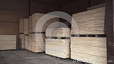 Pilhas de pranchas de madeira armazenadas em câmara lenta video estoque