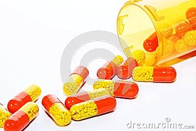 Pillen, die aus einer Flasche heraus verschüttet werden