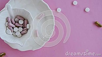 Pillen im Teller Konzepte - was wir essen, versteckte Bestandteile stock video footage