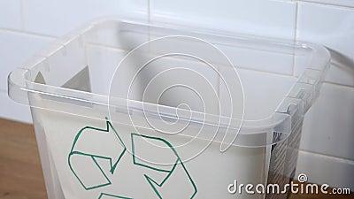 Pillole lanciate nella vescica per riciclare Concetto di ecologia dei rifiuti stock footage