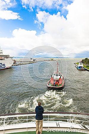 Pilot boat moves cruiser Editorial Stock Image