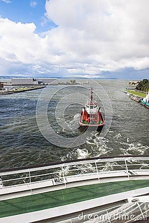 Pilot boat pushs cruiser
