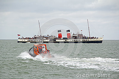 Pilot boat and waverley paddle steamer Editorial Photography