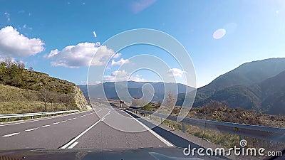 Piloter sur une route de campagne banque de vidéos