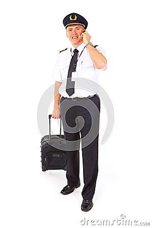 Piloto de la línea aérea con la carretilla