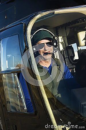 Piloto de sexo masculino en helicóptero.