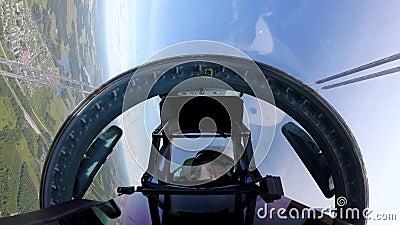 Piloto fica disfarçado na cabine e respira muito, tentando se esconder da aeronave video estoque
