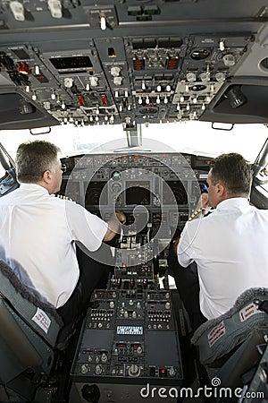Pilotos del aeroplano en la carlinga que se prepara al despegue Imagen de archivo editorial