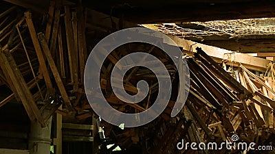Pilze aus Holz und Stühlen stock video