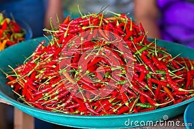 Pimentas de pimentão vermelho para a venda no mercado