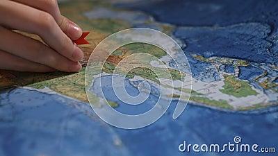 Pin spezifizieren den Standort auf der Karte stock video