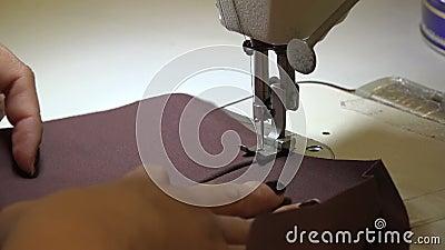 Pince-sans-fil sur un vêtement banque de vidéos