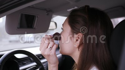 Pincel para esfregaço Violações da lei por parte de uma motorista do setor dos transportes Glamor e beleza video estoque