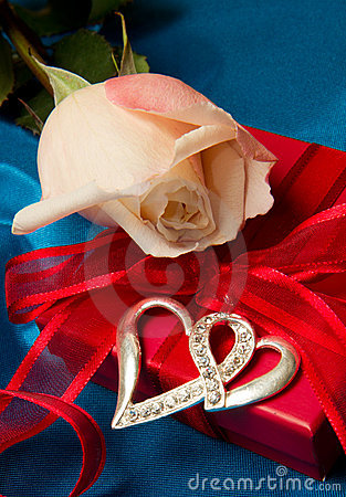 Free Pink Roses And Gift Box Stock Photos - 17973673