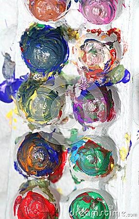Pinturas del dedo en un embalaje del huevo para el arte