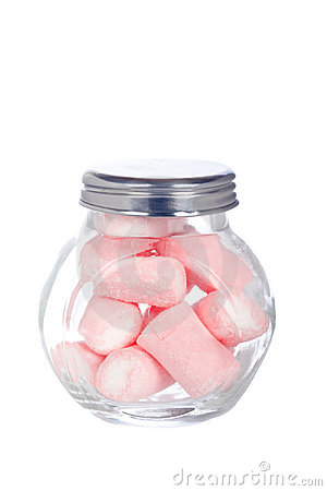 Pique marshmallows no frasco de vidro