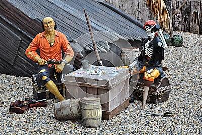 Piratas em navio quebrado, caixa de tesouro, esqueleto Imagem Editorial