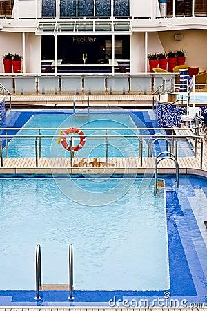 Piscina azul en la nave