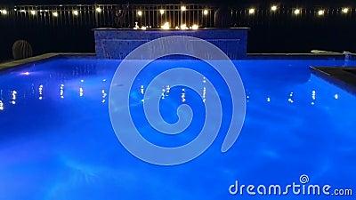 Piscina Con Luci Blu Colorate, Cascate, Fiamme E Luci video d archivio