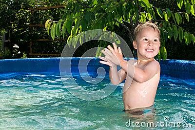 Piscina de Junge im; Muchacho en la piscina