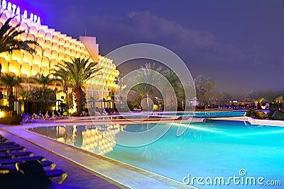 Piscina de la noche en el hotel de lujo del balneario imagenes de archivo imagen 4951034 - Business plan piscina ...