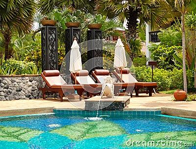 Piscina na casa de campo luxuosa moderna imagens de stock for Piscina casa de campo