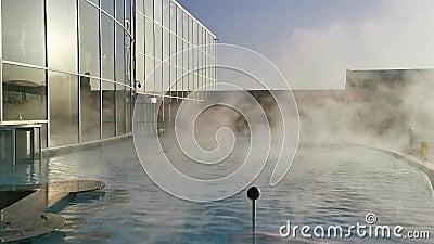 Piscina termal al aire libre - mucho vapor sobre watersurface