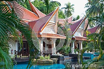 Piscina tropical del hotel turístico.
