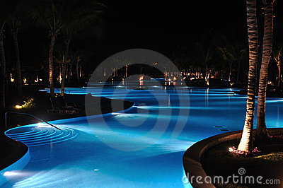 Piscina tropical do recurso no Nighttime