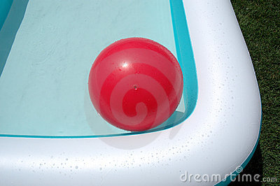Piscina y bola grande roja