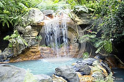 piscine avec de l 39 eau une cascade et thermique chaud photo stock image 42368473. Black Bedroom Furniture Sets. Home Design Ideas
