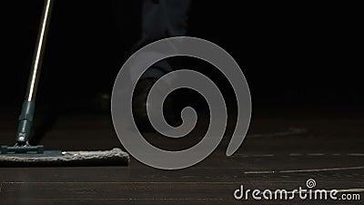 Piso de limpieza en pasillos, trabajo correccional, terapia profesional del preso almacen de metraje de vídeo