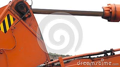 Pistón hidráulico de acero de un auge del excavador que levanta y baja el cubo durante construcción Ciérrese encima del detalle metrajes